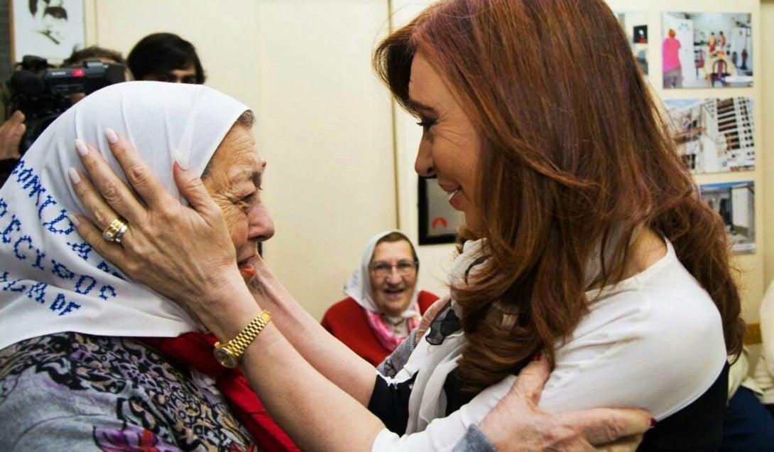 Cristina Fernández visitó a las Madres antes de la ronda número 2.000 en la Plaza de Mayo.