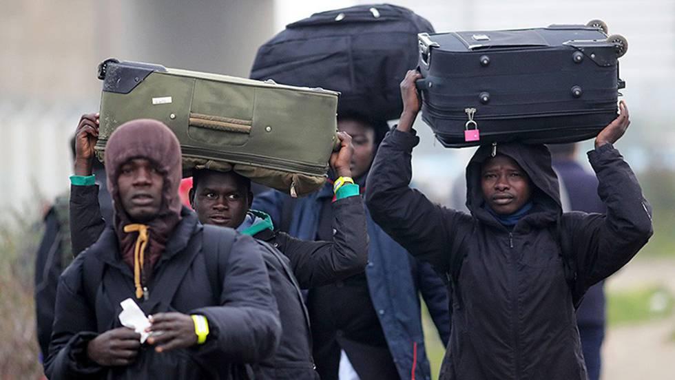 Francia envía miles de migrantes al sur para desmantelar el campamento de Calais, que los refugiados usaban para cruzar a Inglaterra
