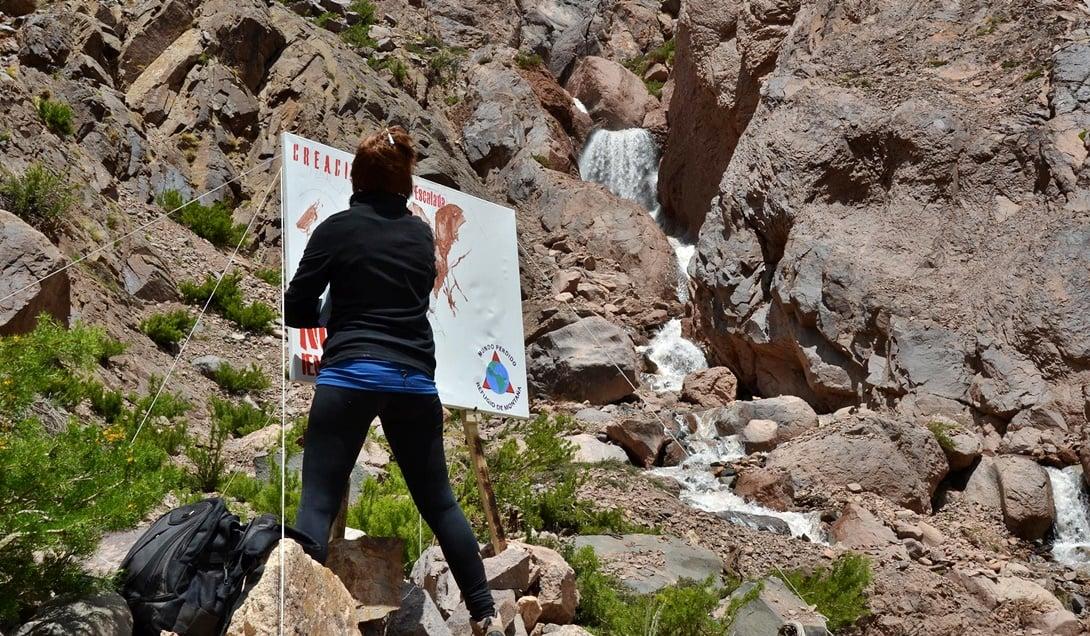 Marcela Morales pinta en la montaña.