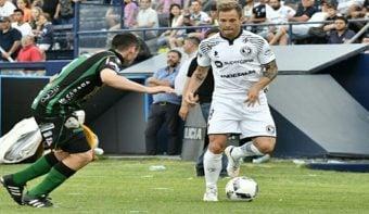 La Lepra llegó a la punta del Nacional B al derrotar a Chicago con un gol en el descuento